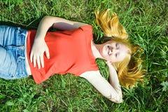 Muchacha del adolescente que miente en hierba Foto de archivo