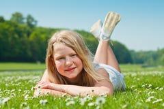 Muchacha del adolescente que miente en hierba Imagenes de archivo