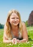 Muchacha del adolescente que miente en hierba Fotos de archivo libres de regalías