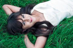Muchacha del adolescente que miente en hierba Fotografía de archivo