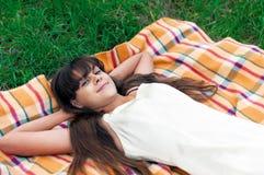Muchacha del adolescente que miente en hierba Imágenes de archivo libres de regalías