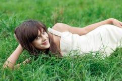 Muchacha del adolescente que miente en hierba Fotografía de archivo libre de regalías