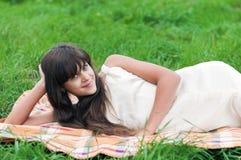 Muchacha del adolescente que miente en hierba Imagen de archivo