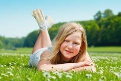 Muchacha del adolescente que miente en la hierba Imagenes de archivo