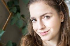 Muchacha del adolescente que mira la cámara, expresión dulce Imagenes de archivo