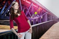 Muchacha del adolescente que mira para arriba, fondo moderno del puente Fotografía de archivo libre de regalías