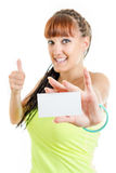 Muchacha del adolescente que muestra la muestra en blanco vacía de la tarjeta de papel con el spac de la copia Foto de archivo libre de regalías