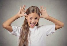 Muchacha del adolescente que pega hacia fuera la lengua que imita alguien Fotografía de archivo libre de regalías