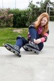 Muchacha del adolescente que pone los rodillos Fotografía de archivo