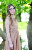 Muchacha del adolescente que presenta en bosque natural en vestido largo Fotos de archivo