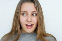 Muchacha del adolescente que presenta en el fondo blanco Imagen de archivo libre de regalías