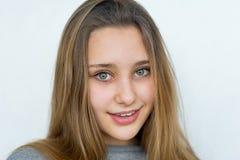 Muchacha del adolescente que presenta en el fondo blanco Fotografía de archivo libre de regalías