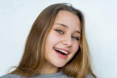 Muchacha del adolescente que presenta en el fondo blanco Imagen de archivo