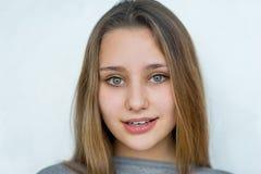 Muchacha del adolescente que presenta en el fondo blanco Imágenes de archivo libres de regalías