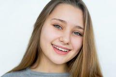 Muchacha del adolescente que presenta en el fondo blanco aislado Fotografía de archivo