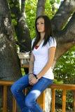 Muchacha del adolescente que presenta en el patio trasero Fotos de archivo
