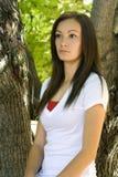 Muchacha del adolescente que presenta en el patio trasero Fotos de archivo libres de regalías