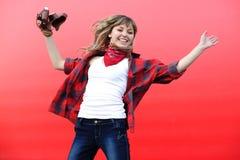 Muchacha del adolescente que salta con la cámara vieja de la película Foto de archivo