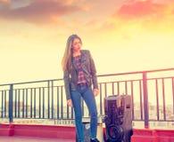 Muchacha del adolescente que se coloca al aire libre en la terraza del tejado Imagen de archivo