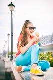 Muchacha del adolescente que se divierte y que come el helado Imágenes de archivo libres de regalías