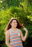Muchacha del adolescente que se relaja en el parque Fotos de archivo libres de regalías