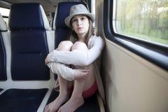 Muchacha del adolescente que se sienta en el carrige Imagen de archivo