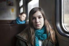 Muchacha del adolescente que se sienta en el carro Foto de archivo libre de regalías