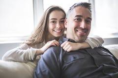 Muchacha del adolescente que se sienta en ventana con el padre Foto de archivo