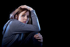 Muchacha del adolescente que siente el sufrimiento triste y desesperado asustado solo Fotografía de archivo