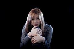 Muchacha del adolescente que siente a la víctima que tiraniza sufridora triste y desesperada asustada sola de la depresión Foto de archivo libre de regalías