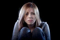Muchacha del adolescente que siente a la víctima que tiraniza sufridora triste y desesperada asustada sola de la depresión Imagenes de archivo