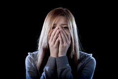 Muchacha del adolescente que siente a la víctima que tiraniza sufridora triste y desesperada asustada sola de la depresión Imágenes de archivo libres de regalías