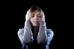 Muchacha del adolescente que siente a la víctima que tiraniza sufridora triste y desesperada asustada sola de la depresión Fotografía de archivo
