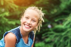 Muchacha del adolescente que sonríe con sonrisa perfecta y los dientes blancos en un parque Imagenes de archivo