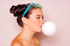 Muchacha del adolescente que sopla un globo del chicle Imagen de archivo