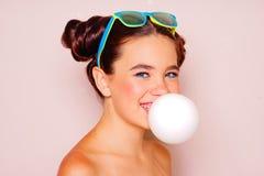 Muchacha del adolescente que sopla un globo del chicle Fotos de archivo