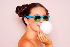 Muchacha del adolescente que sopla un globo del chicle Imagen de archivo libre de regalías