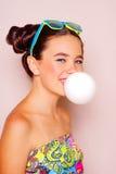 Muchacha del adolescente que sopla un globo del chicle Fotos de archivo libres de regalías