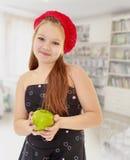 Muchacha del adolescente que sostiene Apple Fotografía de archivo libre de regalías
