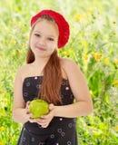 Muchacha del adolescente que sostiene Apple Imagen de archivo
