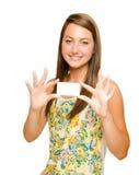 Muchacha del adolescente que sostiene la tarjeta de visita en blanco Fotografía de archivo libre de regalías