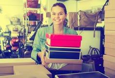 Muchacha del adolescente que sostiene las cajas en boutique de los zapatos Imagenes de archivo