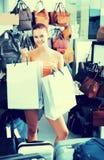Muchacha del adolescente que sostiene los panieres en boutique Fotografía de archivo