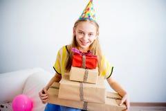 Muchacha del adolescente que sostiene los regalos Imagen de archivo libre de regalías