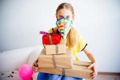 Muchacha del adolescente que sostiene los regalos Fotos de archivo libres de regalías