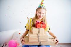 Muchacha del adolescente que sostiene los regalos Imagen de archivo