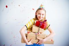 Muchacha del adolescente que sostiene los regalos Imágenes de archivo libres de regalías