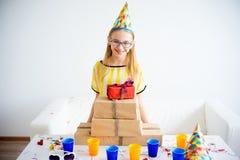 Muchacha del adolescente que sostiene los regalos Fotografía de archivo libre de regalías