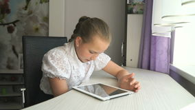 Muchacha del adolescente que sostiene una tableta digital metrajes
