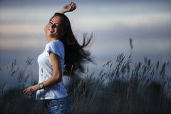 Muchacha del adolescente que tiene oundoors de la diversión Fotos de archivo libres de regalías